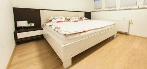 spalnica po meri postelja z oblazinjenim naslonom