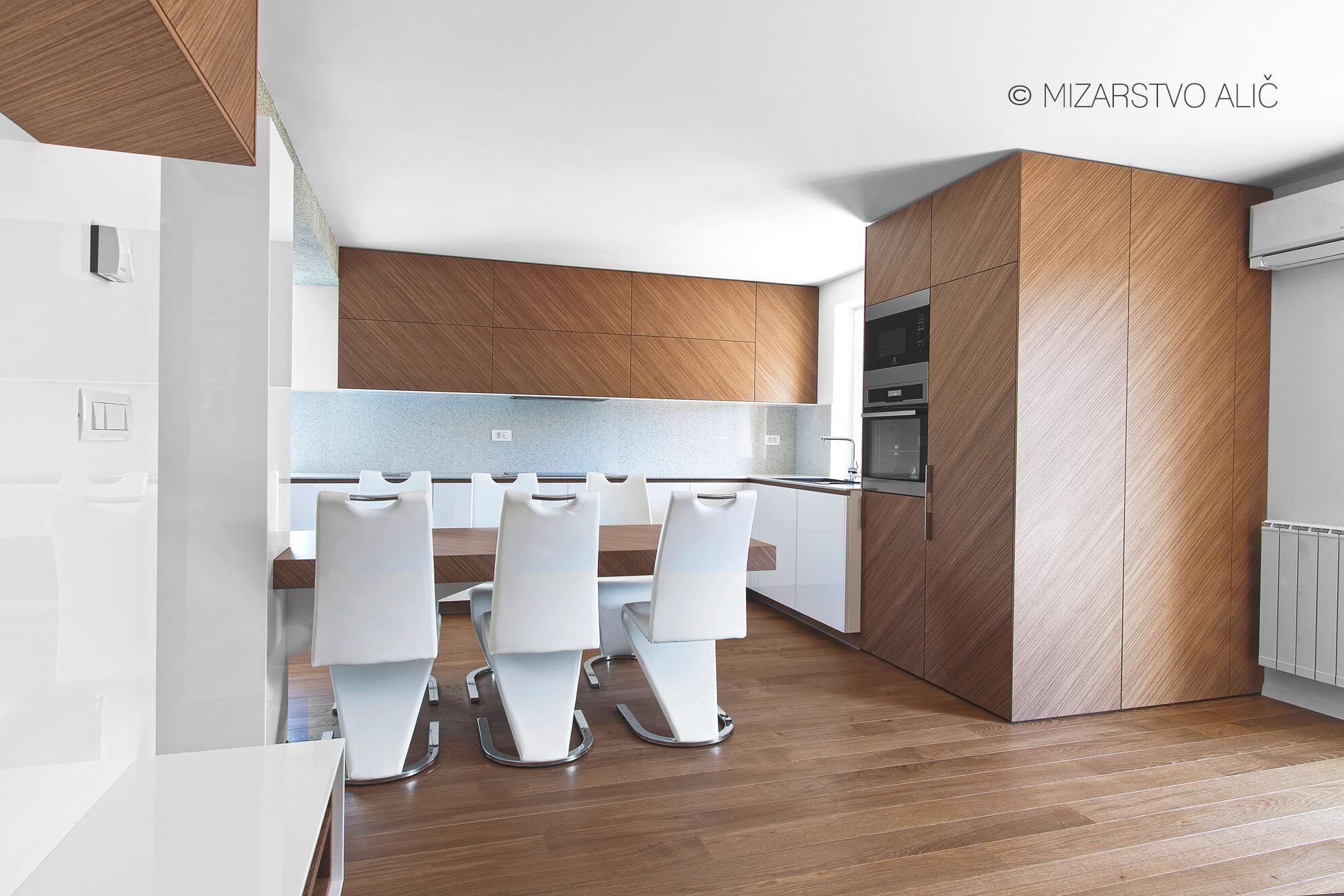 furnirana moderna kuhinja pult umetni kamen