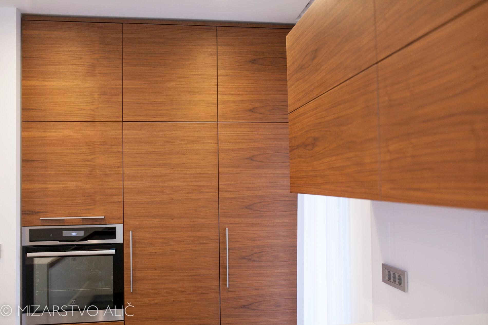 moderna furnirana kuhinja po meri s stekleno stensko oblogo s fototapeto