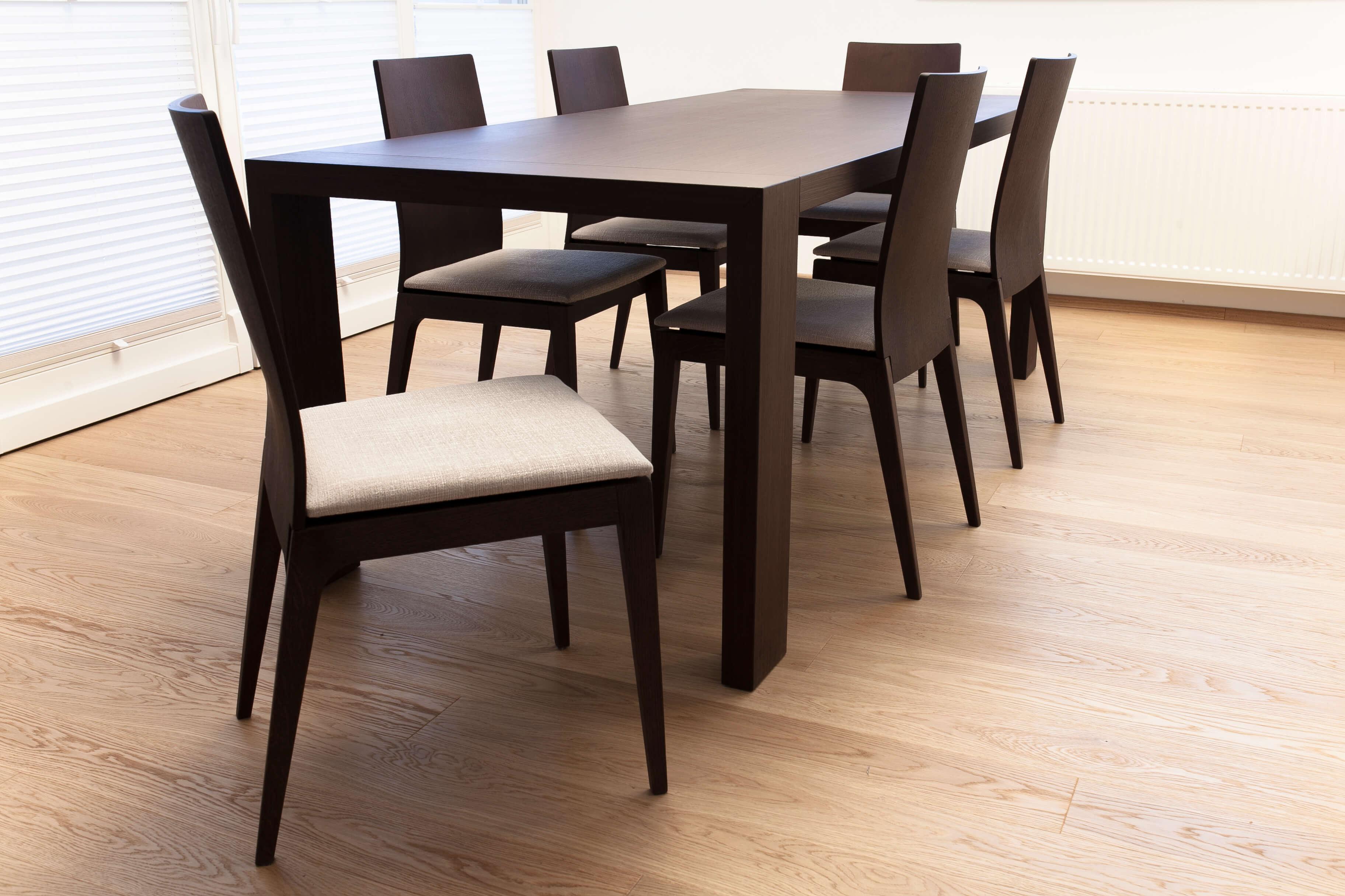 Furnirana miza in stoli za jedilnico