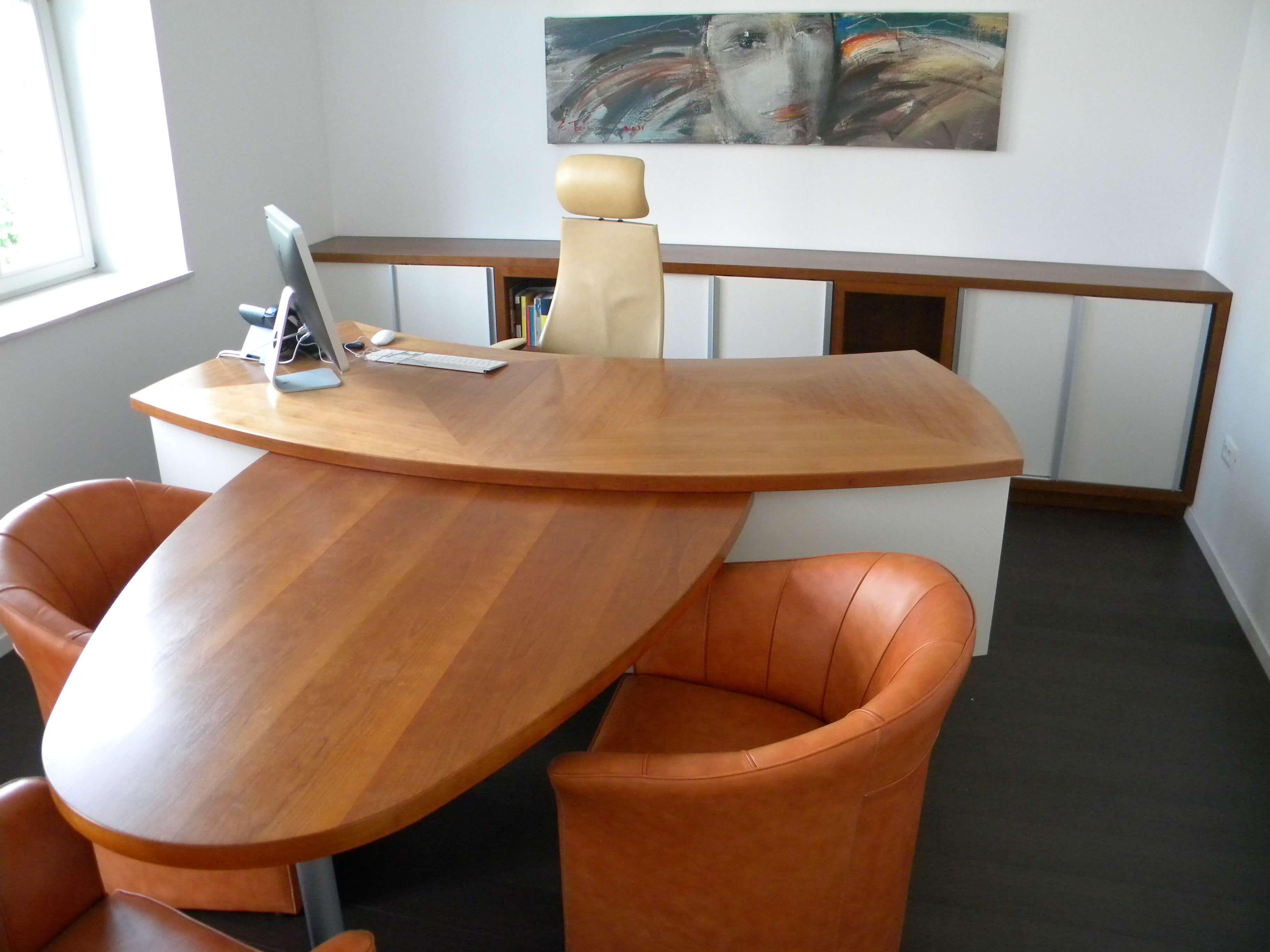 Furnirana miza pisarna