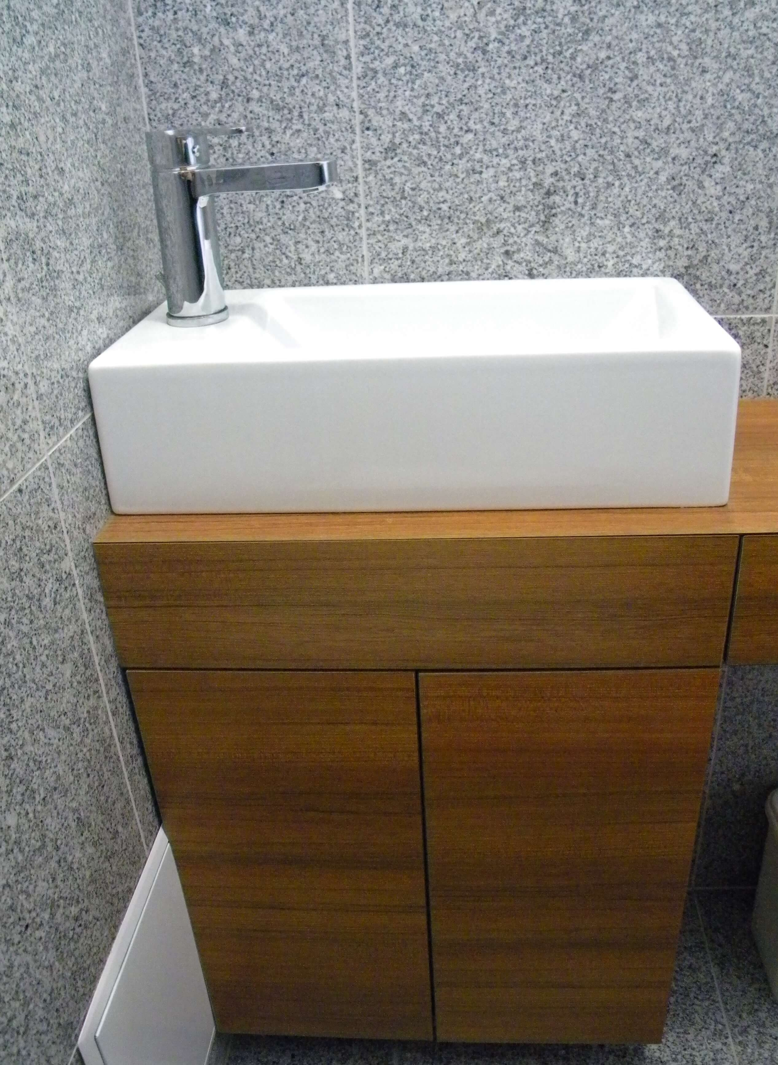 Furnirano vgradno pohištvo za kopalnico
