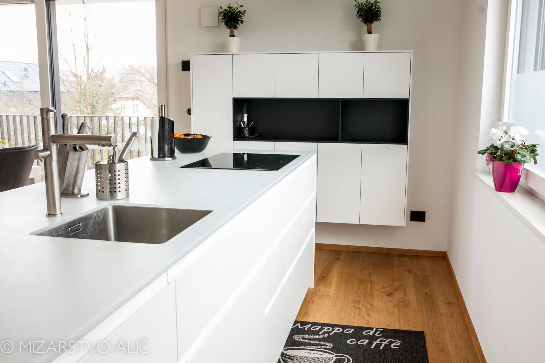 črno bela Kuhinja po meri s steklenim pultom