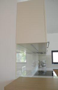 Kuhinja po meri s stekleno oblogo