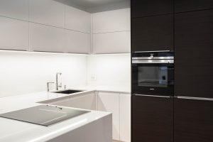 kuhinja in steklena obloga po meri