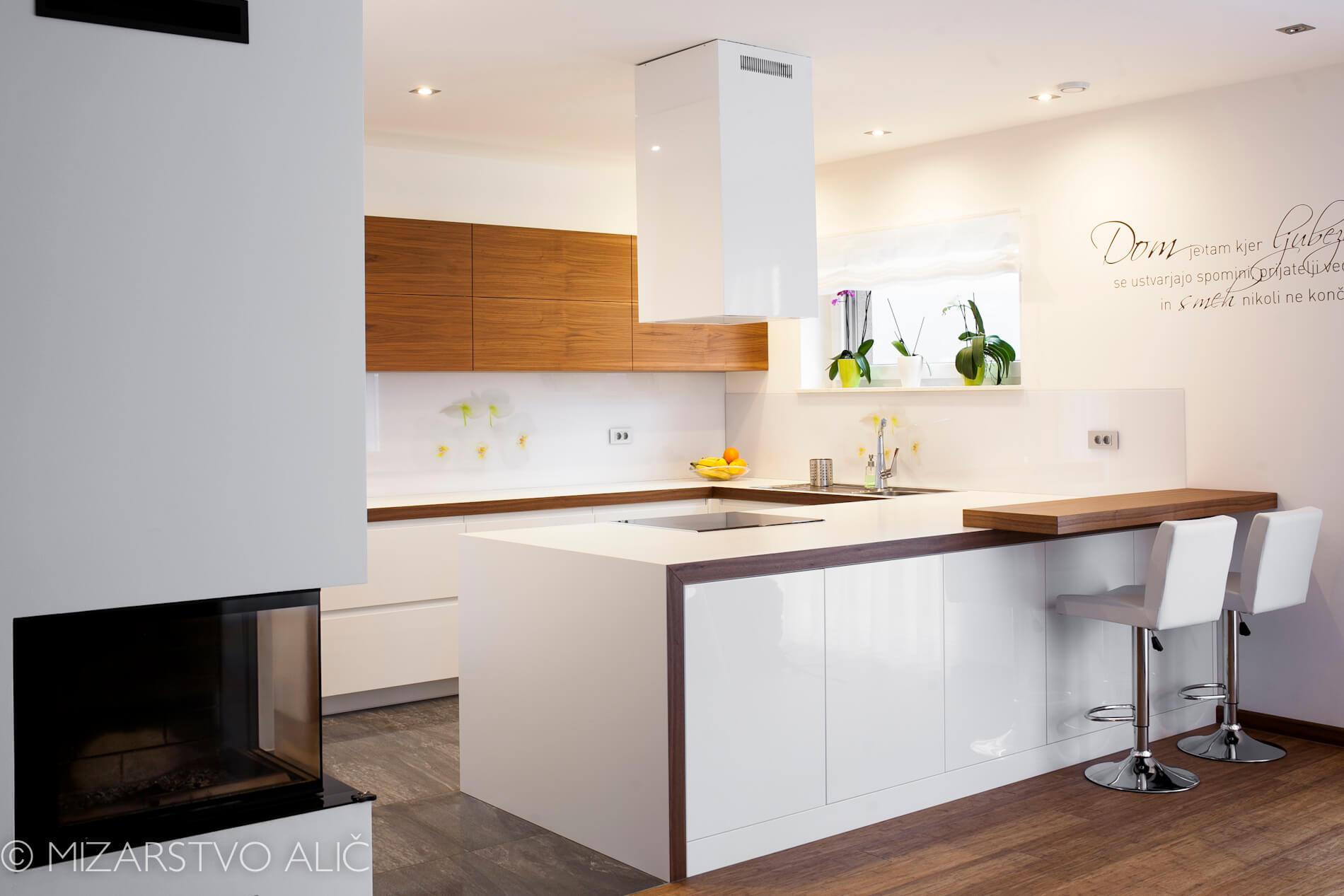 moderna kuhinja in zajtrkovalni pult ter barski stoli