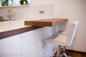 Kuhinja z zajtrkovalnim pultom po meri in barski stol