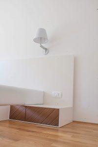 bela postelja po naročilu oblazinjen posteljni okvir
