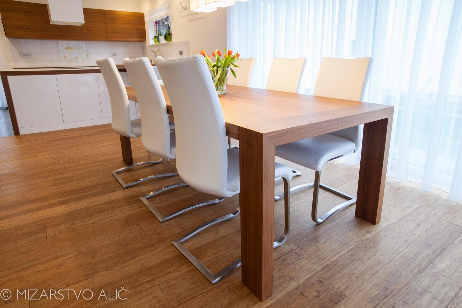 miza za jedilnico furnirana