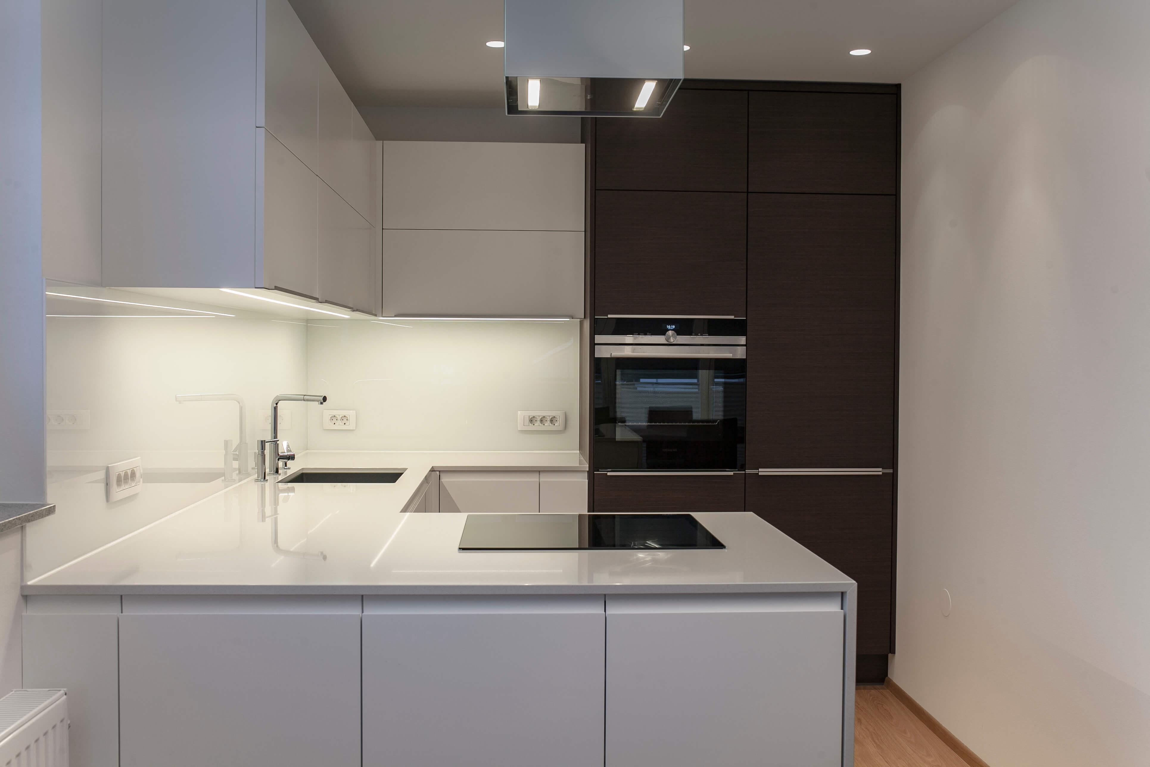 moderna kuhinja po meri bela in furnirana pult umetni kamen