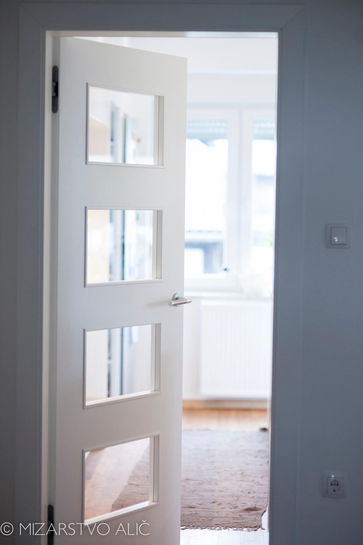 Barvana notranja vrata s skritimi nasadili