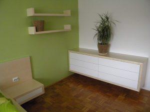 furnirano in belo pohištvo za spalnico, na sliki predalnik izdelan po meri