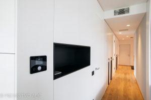 bela vgradna omara, črna niša, bela notranja vrata po meri