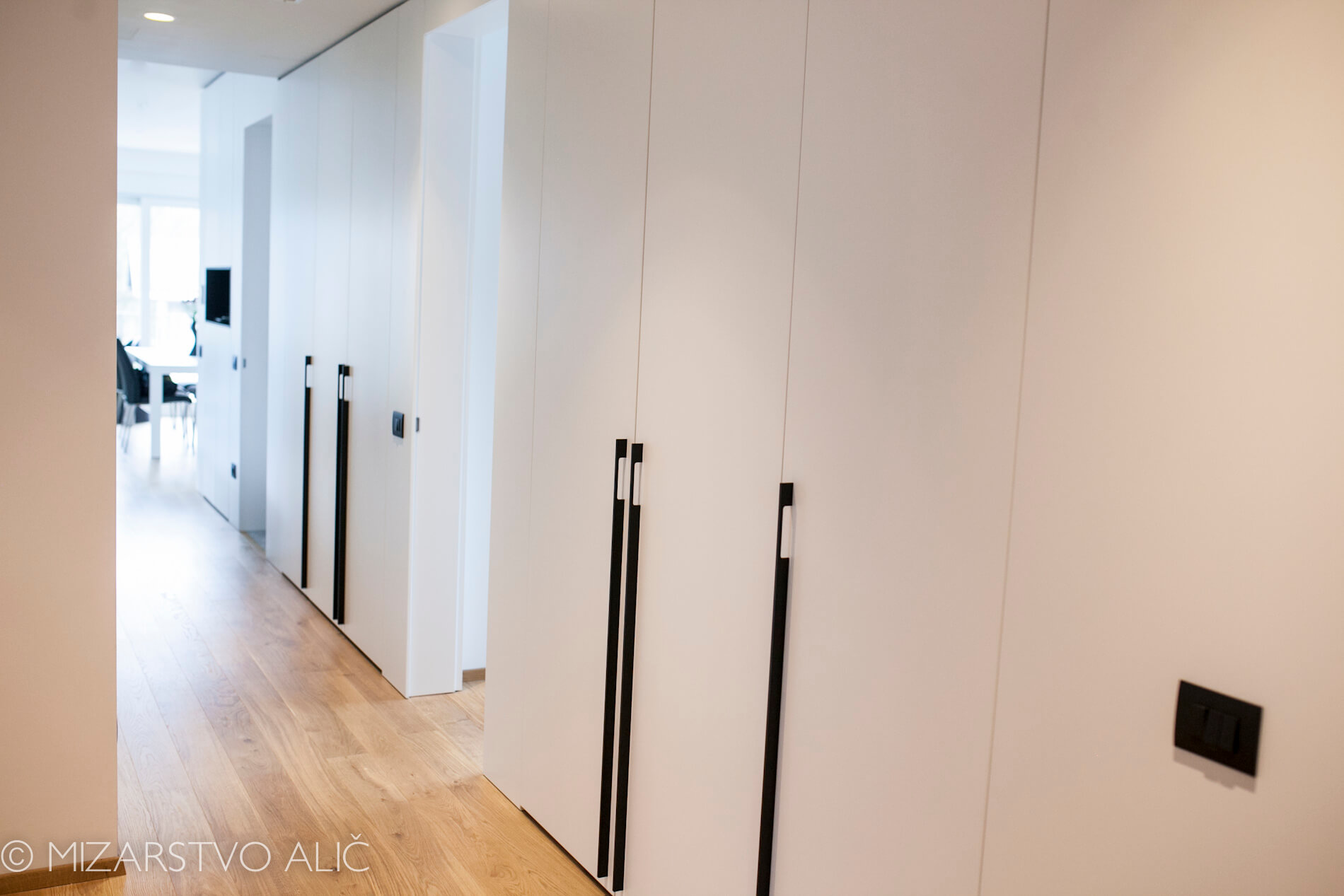 belo pohištvo in vgradne omare v predsobi, bela notranja vrata po meri