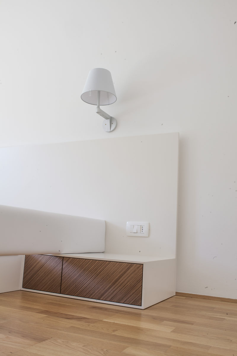postelja z nočno omarico po naročilu
