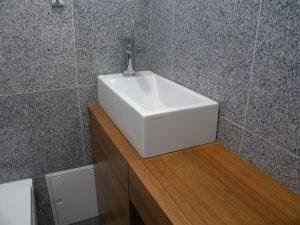 Vgradna furnirana kopalniška omara