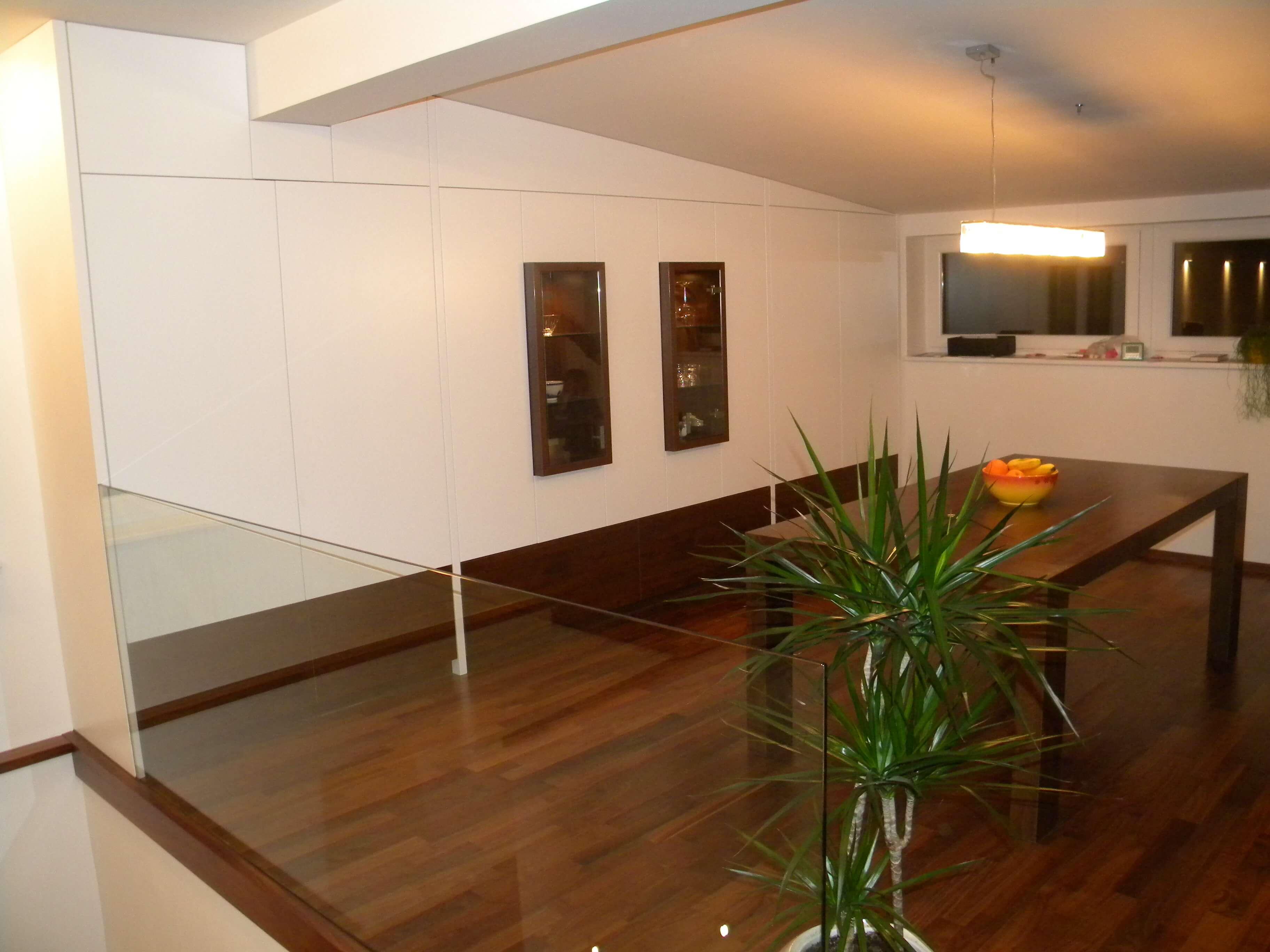 bela vgradna omara jedilnica in dnevna soba po meri