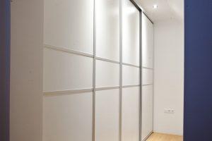 bela vgradna garderobna omara po meri drsna vrata spalnica