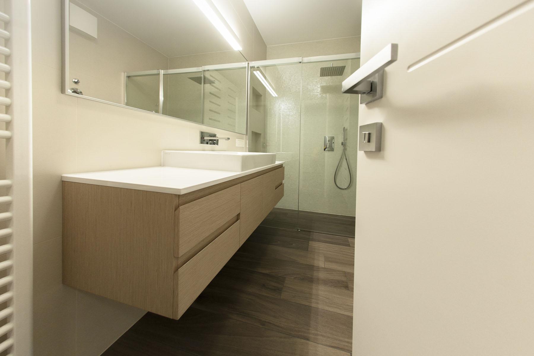 furnirano kopalniško pohištvo po meri