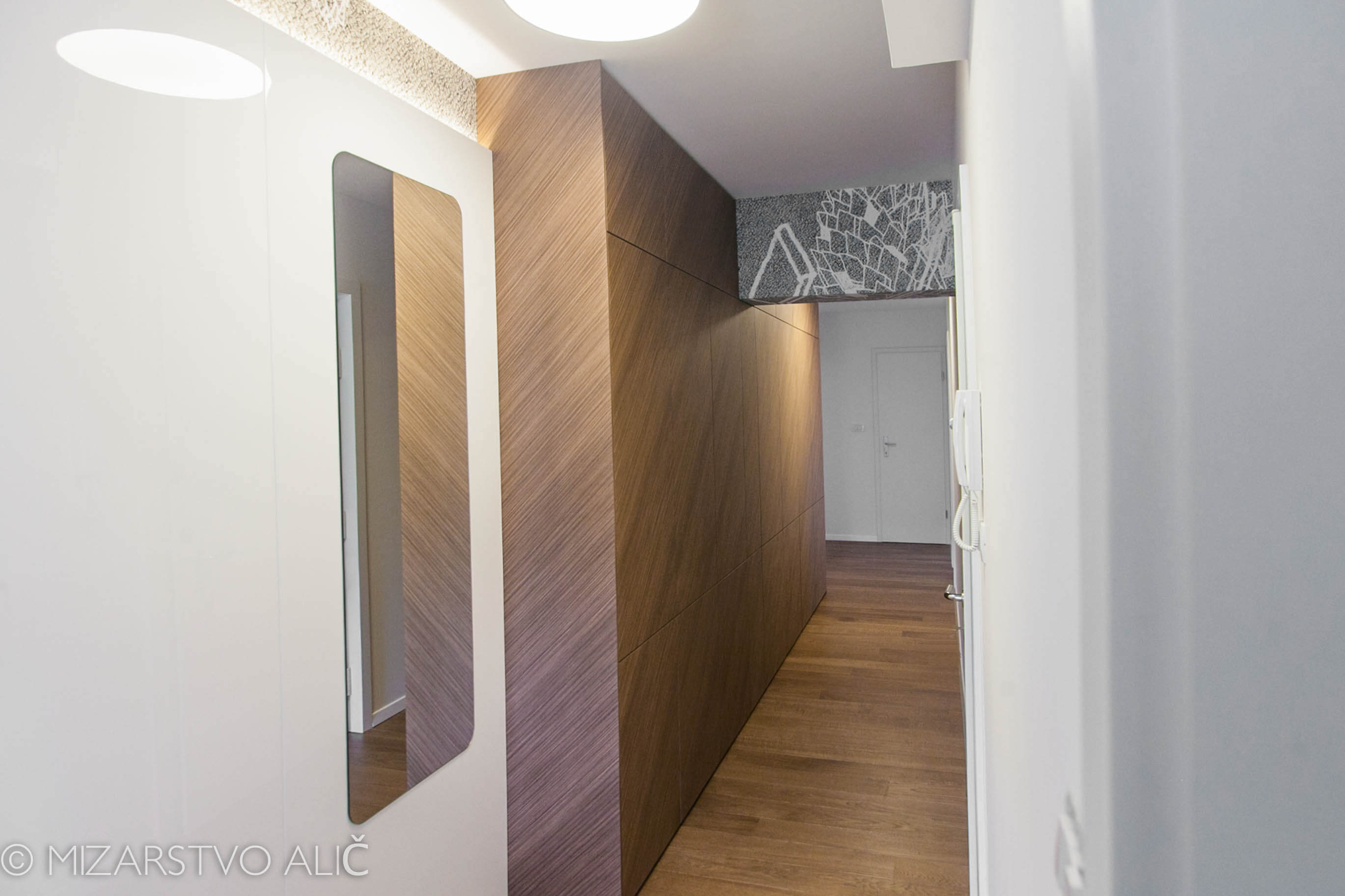 furnirana vgradna garderobna omara predsoba po meri