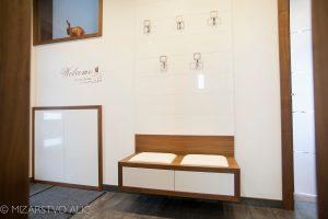 moderno furnirano pohištvo v predsobi visoki sijaj s predali na dotik. Stena z obešalniki in notranja furnirana vrata