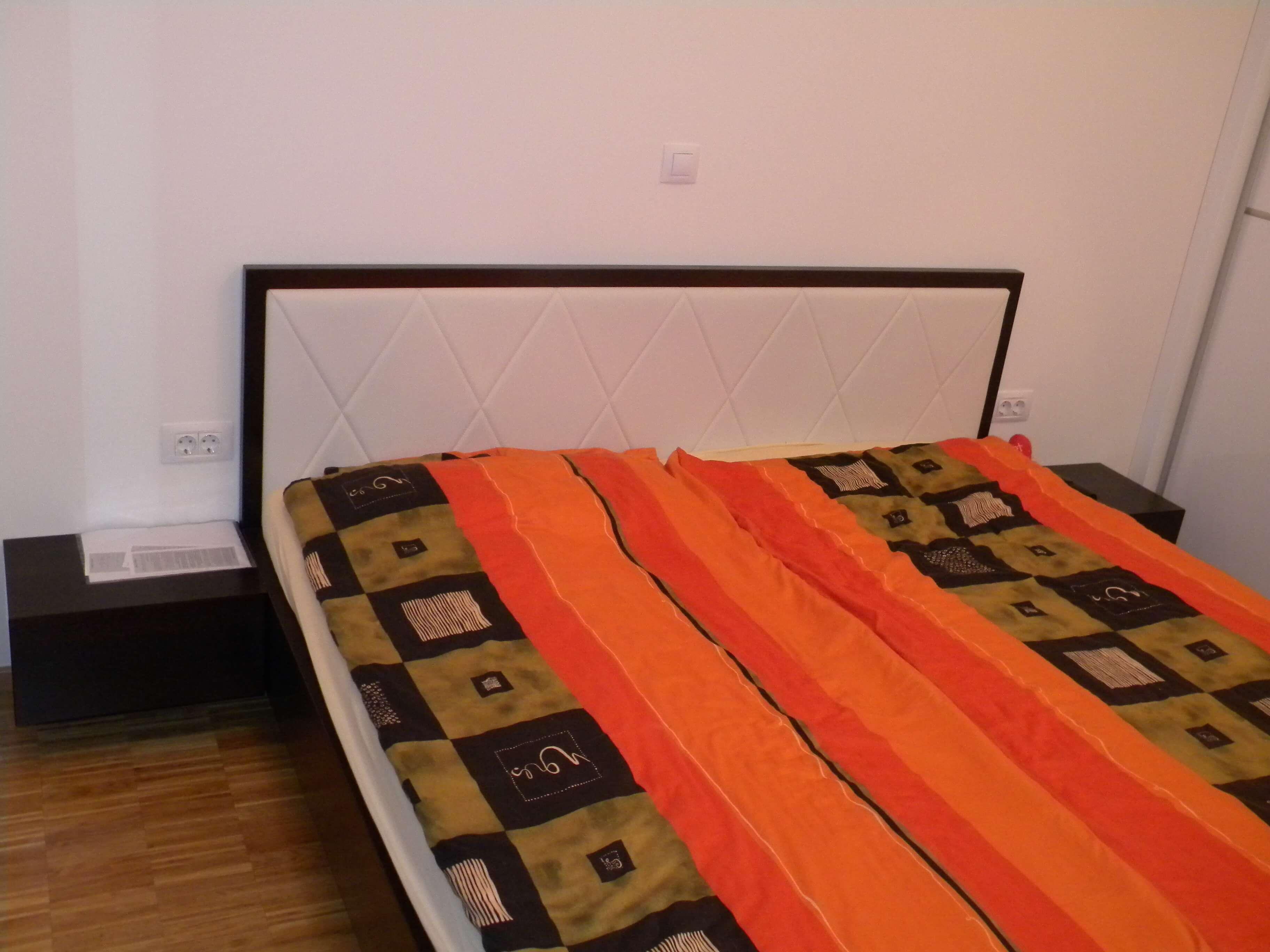 postelja po naročilu z oblazinjenim naslonom