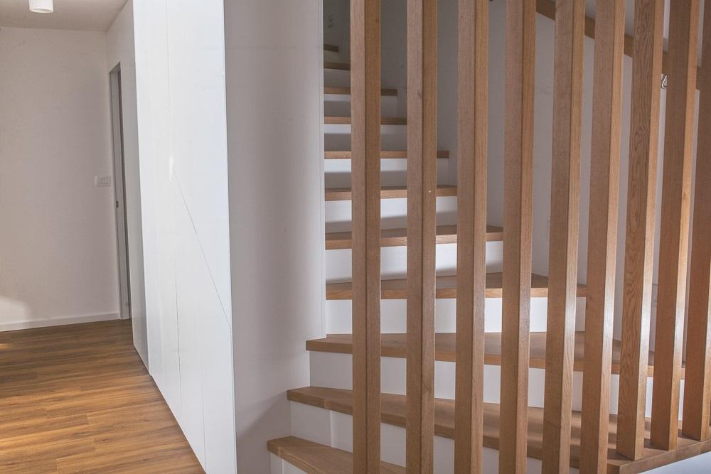 garderobna omara vgradna pod stopnicami
