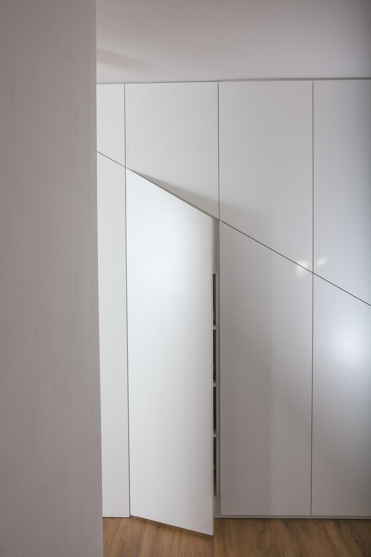Vgradna garderobna omara hodnik pod stopnicami