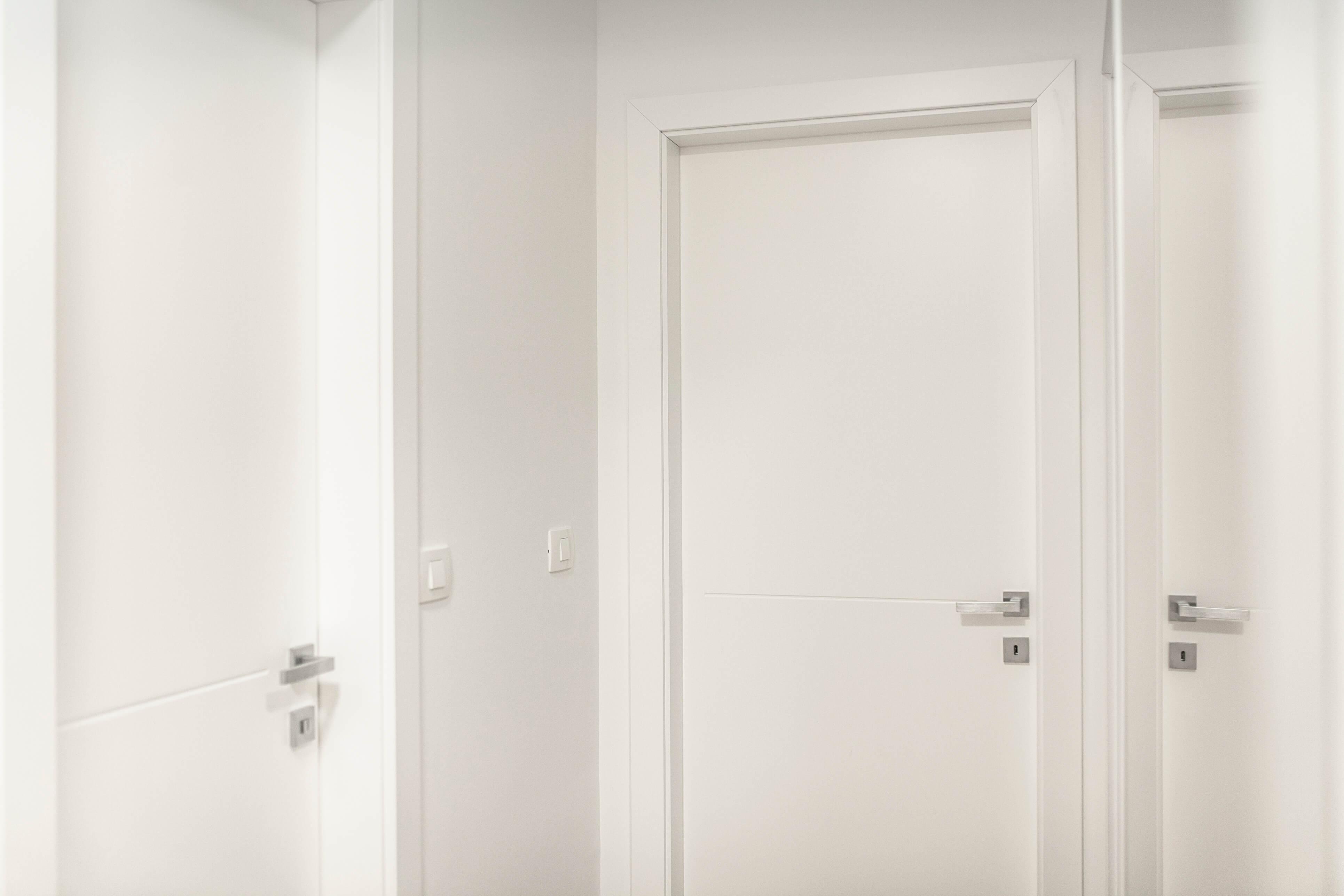 bela barvana notranja vrata po meri