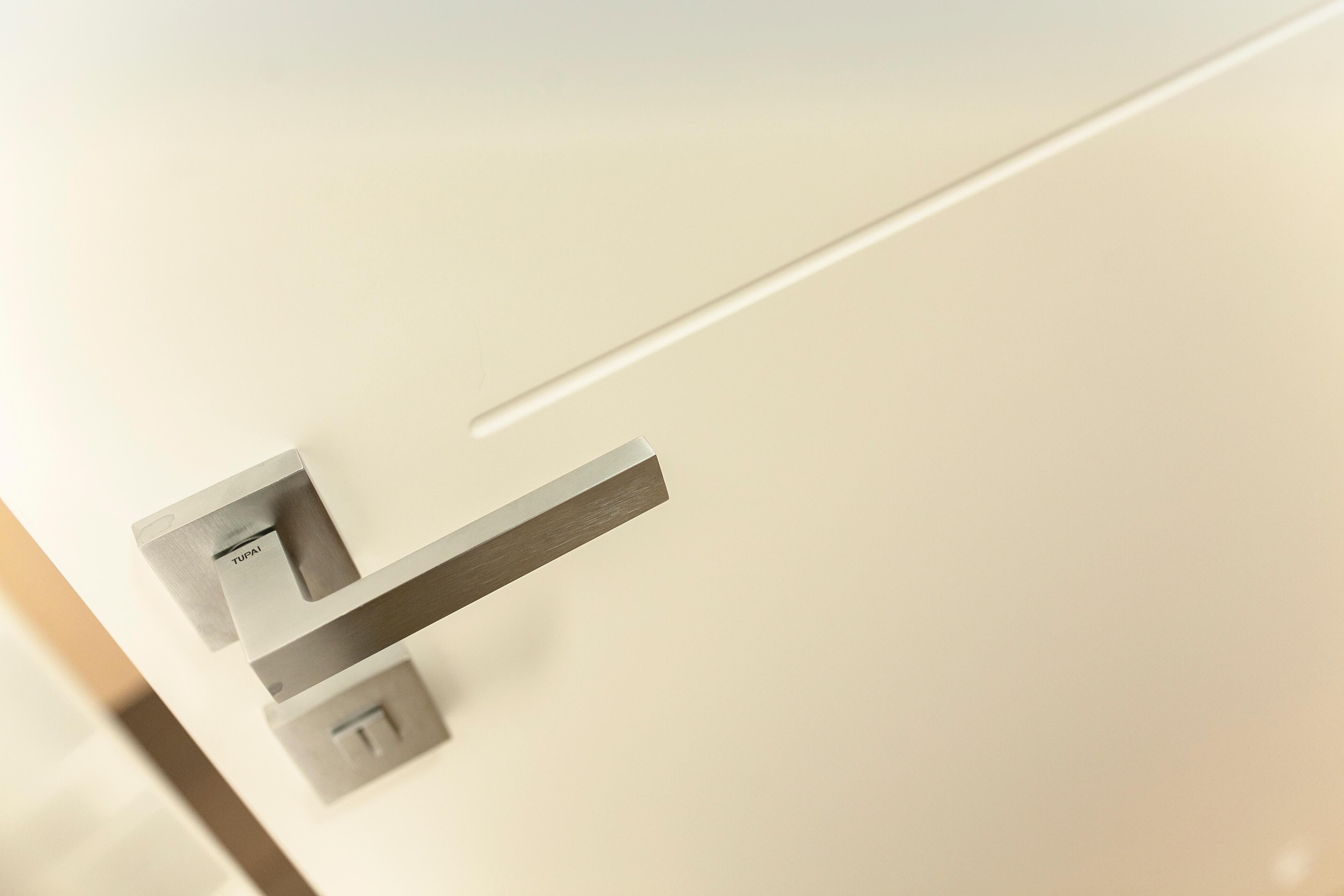 bela barvana notranja vrata z magnetno ključavnico