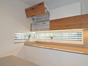 Dvižni mehanizmi v kuhinji po meri, kombinacija bela in hrast