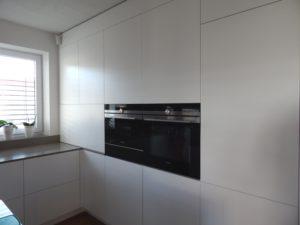 Bela kuhinja po meri brez ročajev