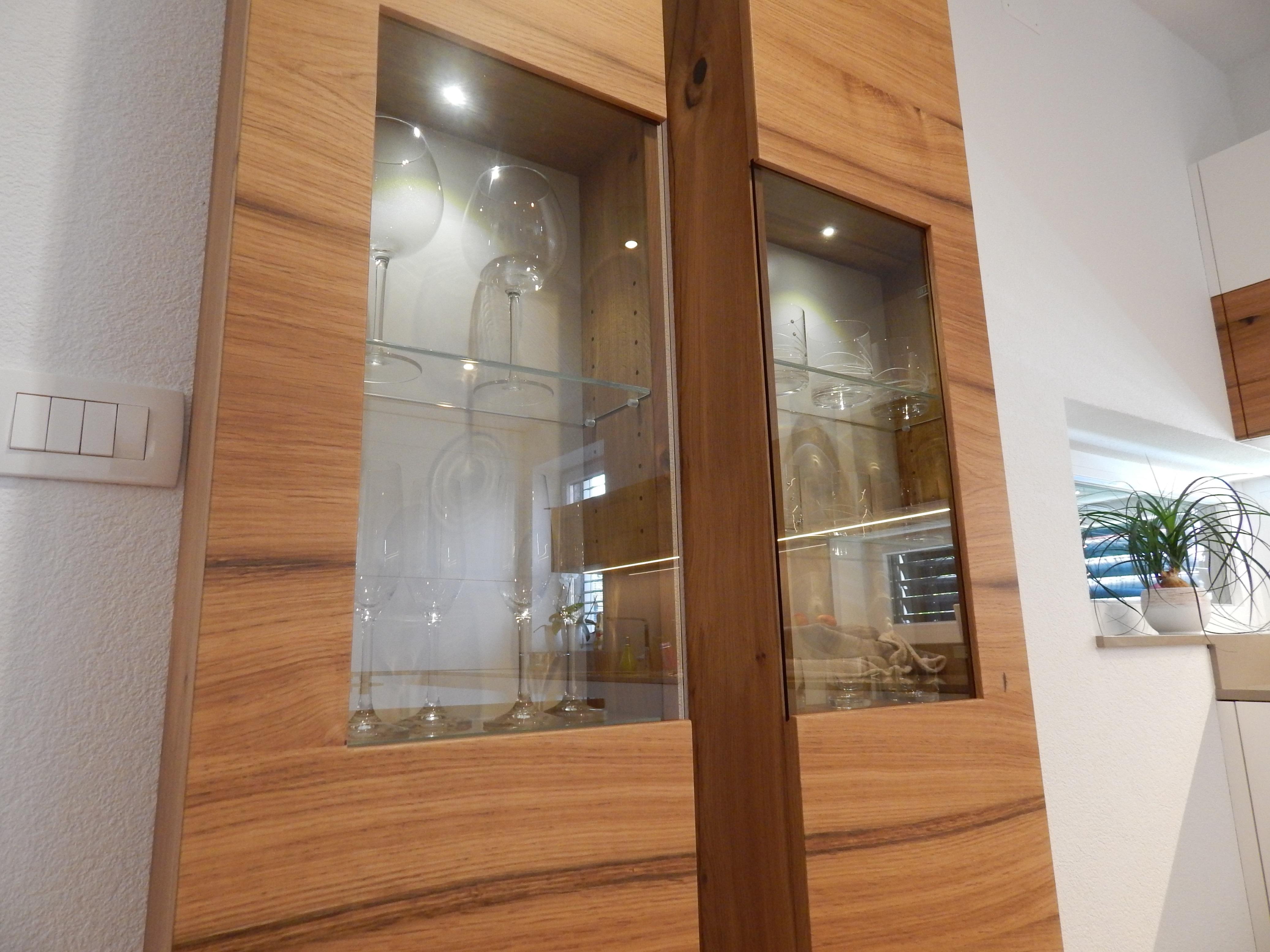 furnirana kuhinjska vitrina s steklom, vitrina za kozarce v beli kuhinji