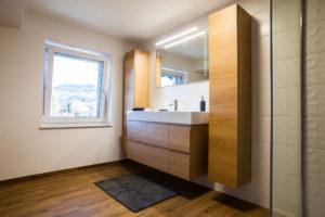 visoke omare v kopalnici prostor za brisače