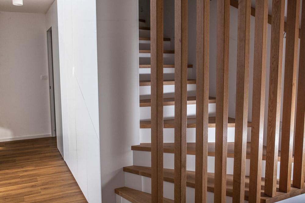 vgradna omara po meri pod stopnicami