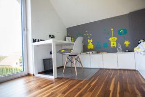 Otroška soba pisalna miza s kovinsko nogo delovni pult bele barve