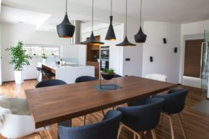 lesena jedilna miza s kovinsko nogo moderni stoli mizarstvo alič