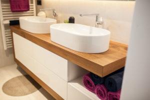 starševska kopalnica dva umivalnika in oljen hrastov pult