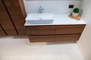 steklen pult in lesene kopalniške omarice