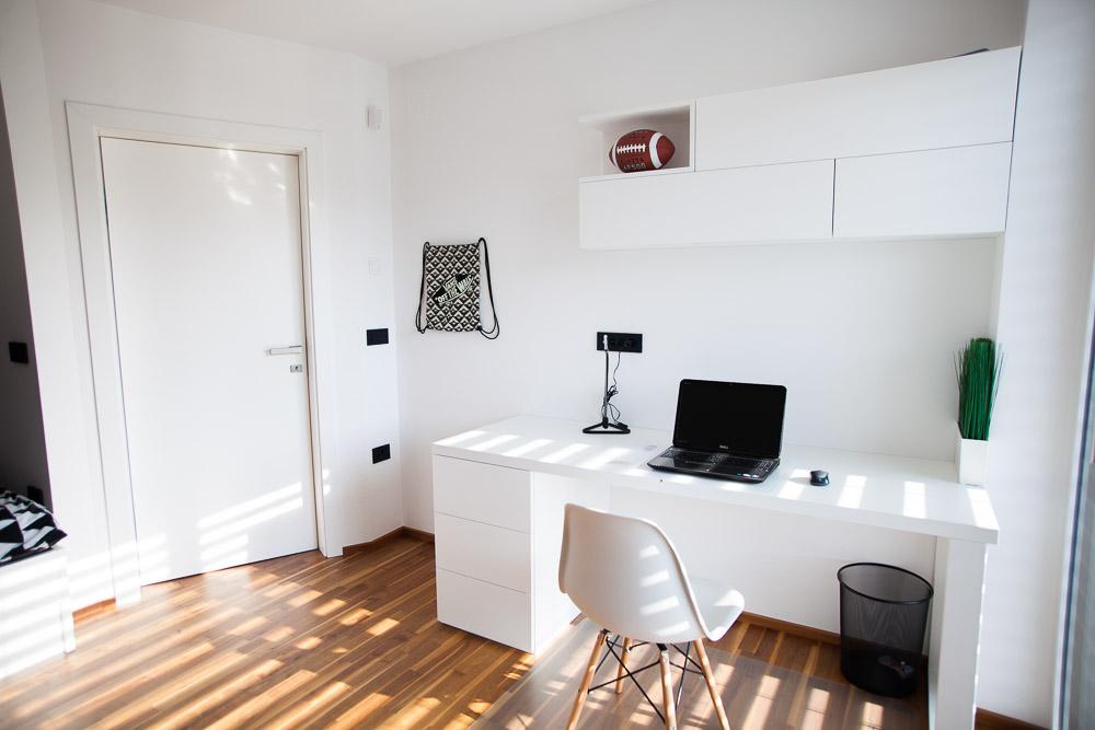 bela otroška soba s pisalno mizo omaro in posteljo po meri, soba v mansardi