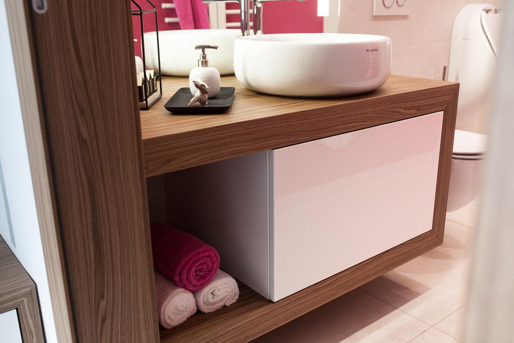 omarica v kopalnici visok sijaj in les okrogli umivalniki