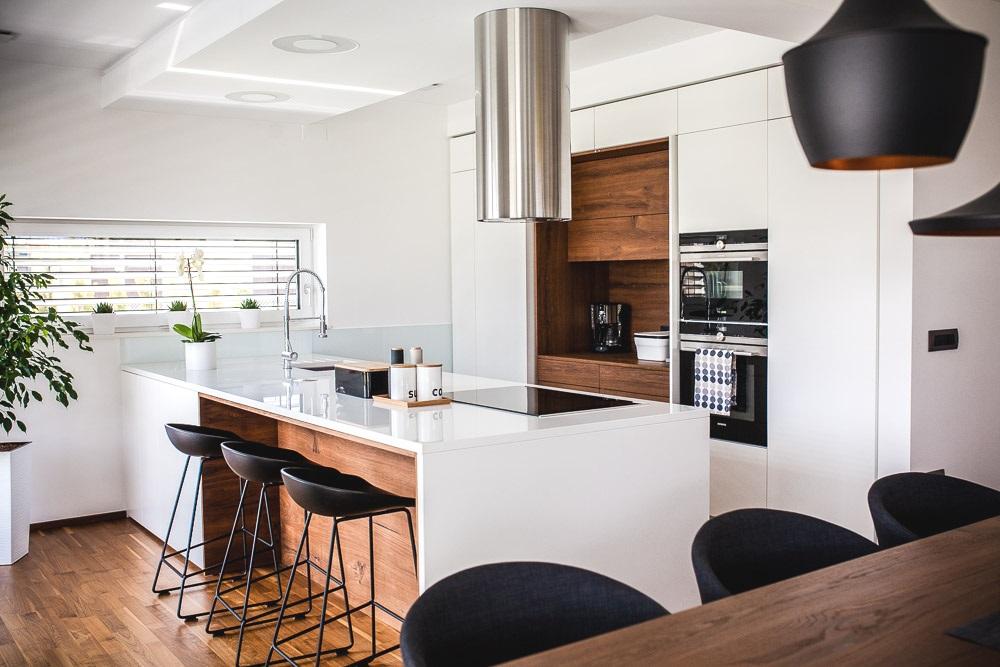 pult bel tehnični kamen in zajtrkovalni pult z barskimi stoli