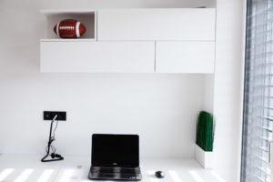 soba za fanta pisalna miza bele barve in viseči elementi