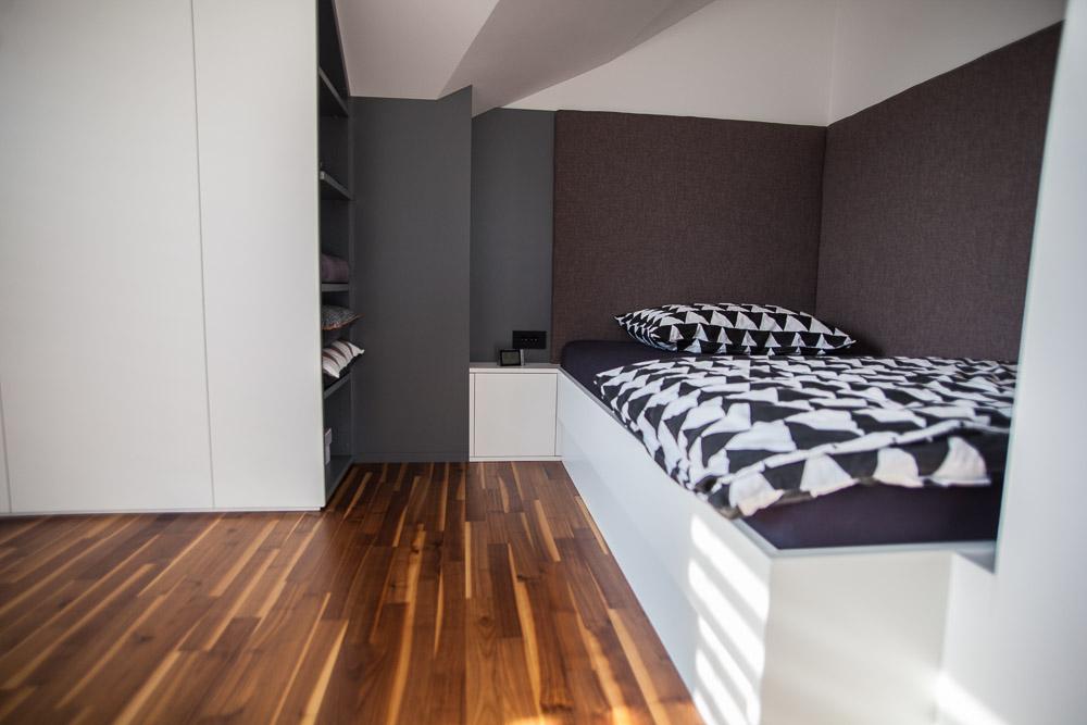 oblazinjen naslon ob postelji omare pod poševnino