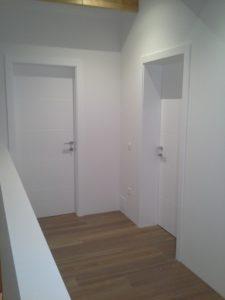 bela moderna notranja vrata