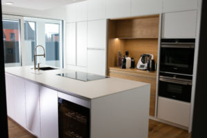 bela kuhinja do stropa