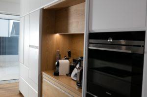 bela kuhinja brez ročajev