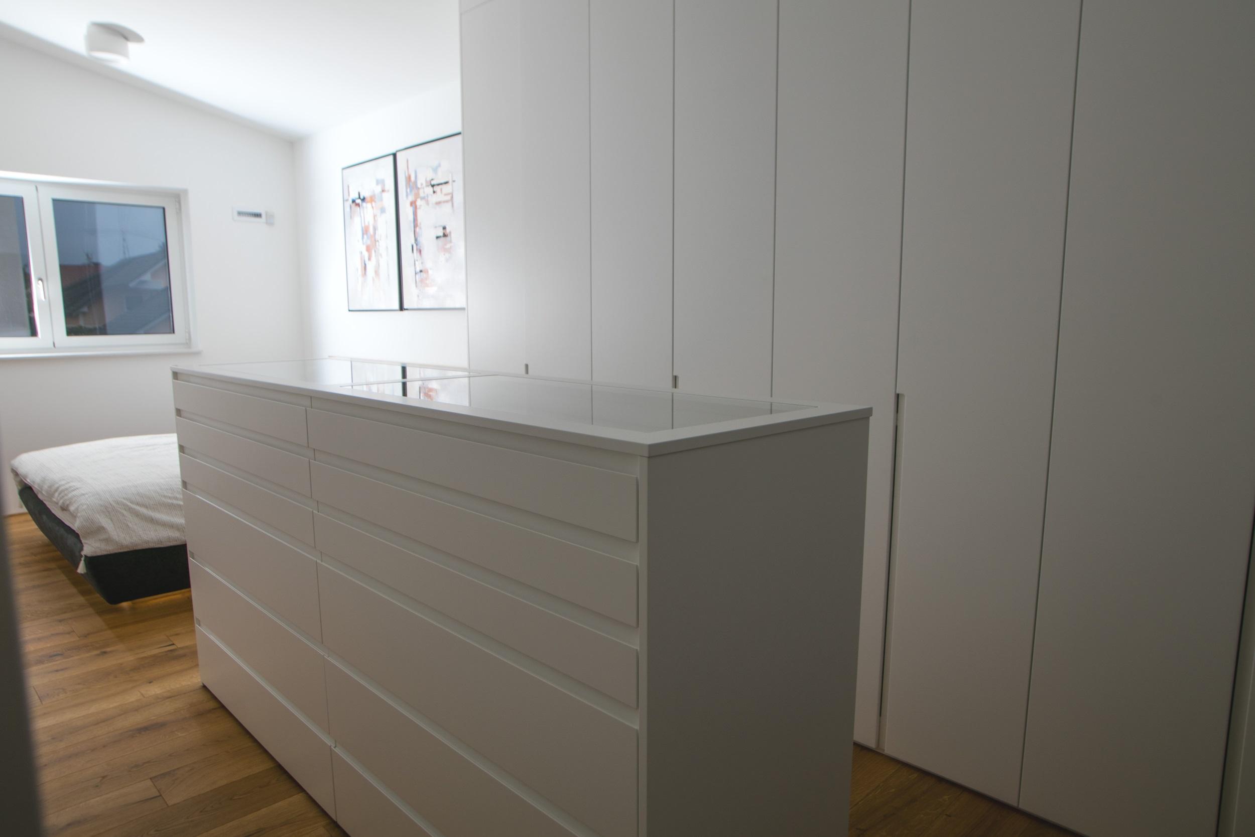 komoda v spalnici bela prostorni predali