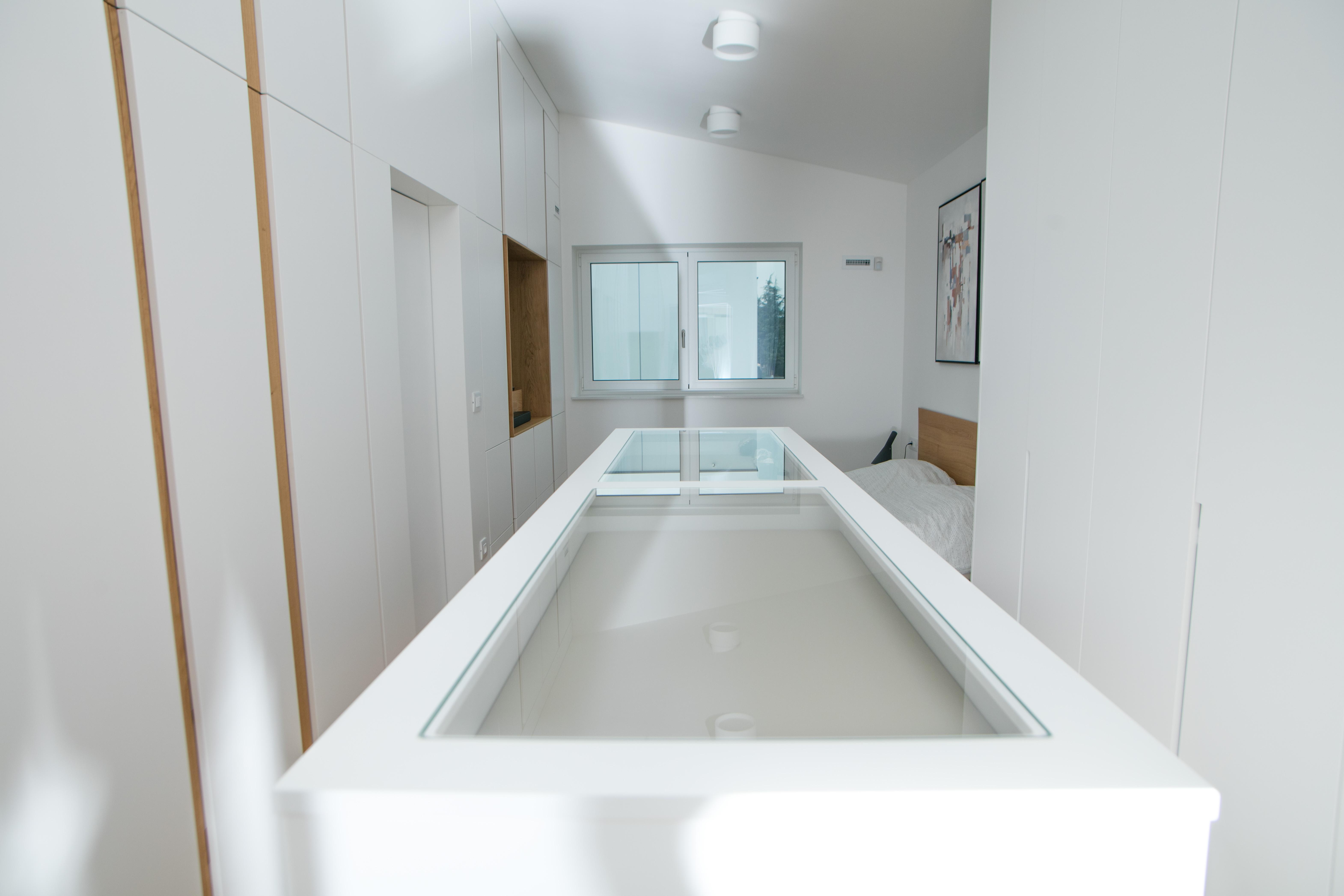 vgradne bele omare vrezkan ročaj