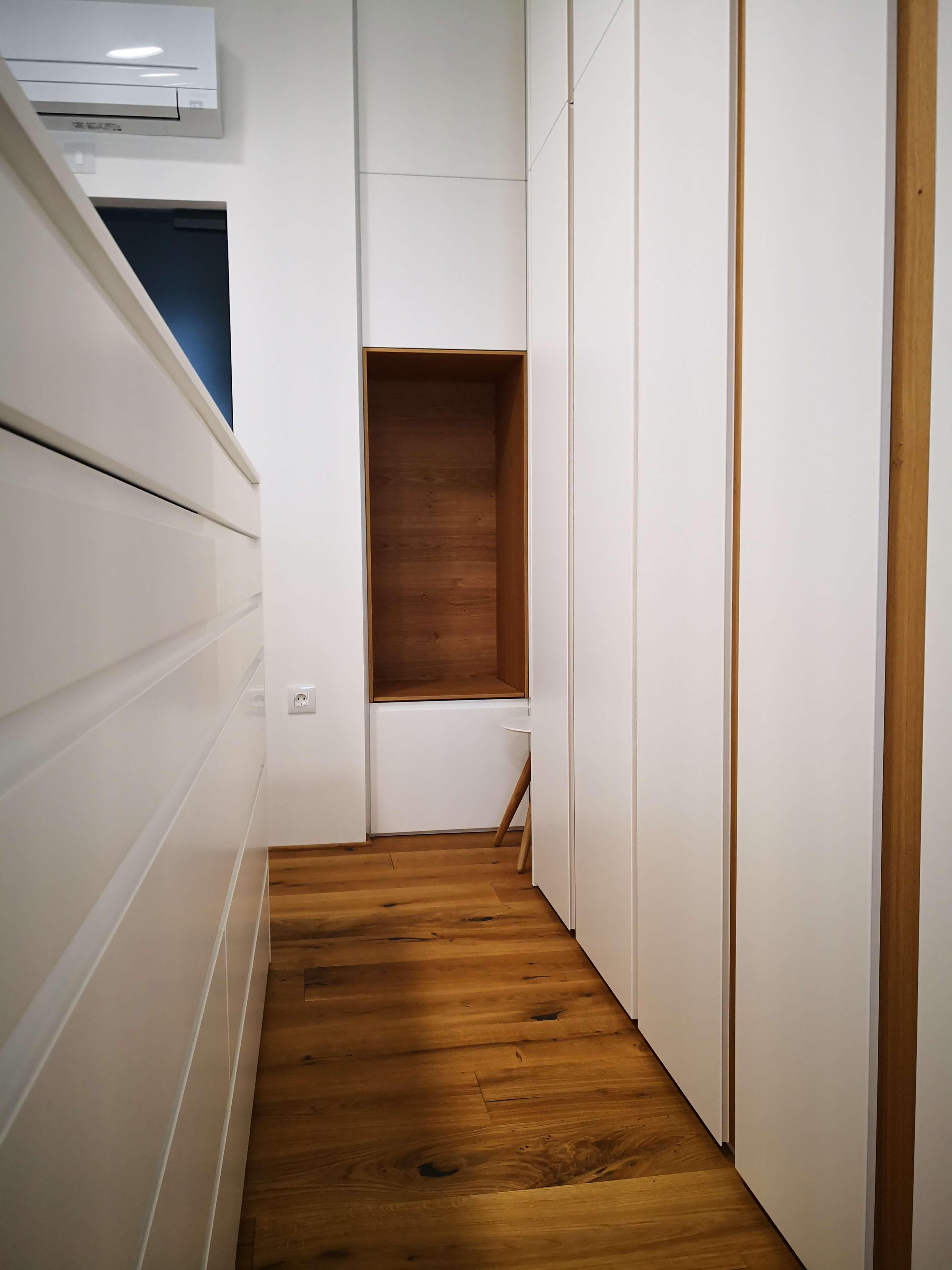 spalnica z vgradnimi omarami
